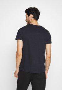 Tommy Hilfiger - CORP STRIPE BOX TEE - T-shirt z nadrukiem - blue - 2