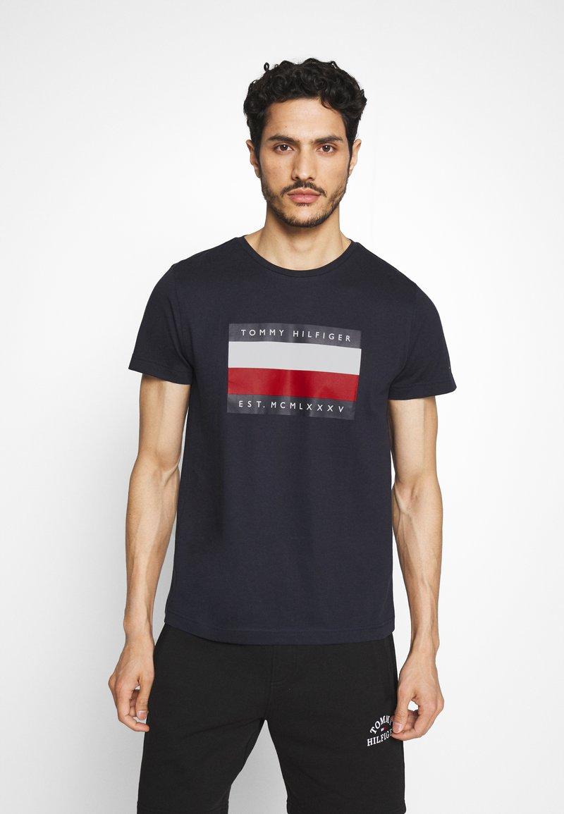 Tommy Hilfiger - CORP STRIPE BOX TEE - T-shirt z nadrukiem - blue