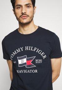 Tommy Hilfiger - FOLDED FLAG TEE - Print T-shirt - blue - 4
