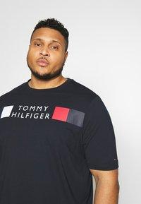 Tommy Hilfiger - STRIPE TEE - T-shirt con stampa - blue - 3