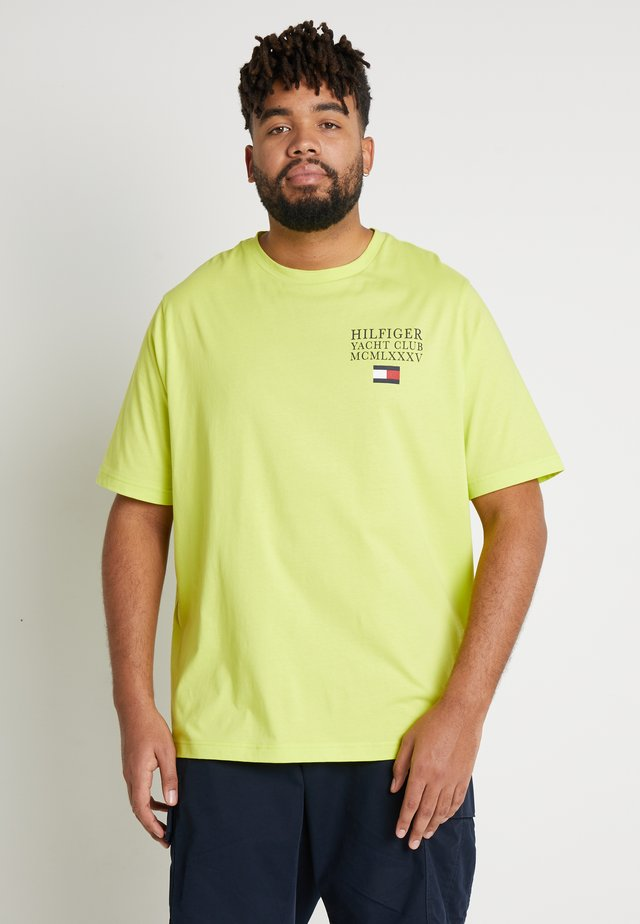 YACHT CLUB TEE - Camiseta estampada - neon yellow