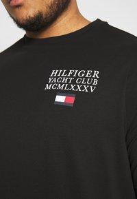 Tommy Hilfiger - YACHT CLUB TEE - Print T-shirt - black - 5
