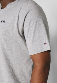 Tommy Hilfiger - LOGO TEE - T-shirt con stampa - grey - 4