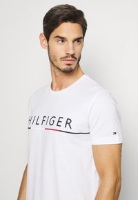 Tommy Hilfiger - GLOBAL STRIPE TEE - T-shirt med print - white - 4