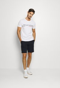 Tommy Hilfiger - GLOBAL STRIPE TEE - T-shirt med print - white - 1
