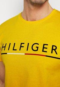 Tommy Hilfiger - GLOBAL STRIPE TEE - T-shirts print - yellow - 4