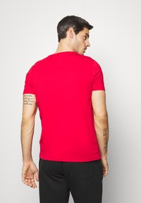 Tommy Hilfiger - GLOBAL STRIPE TEE - T-shirt con stampa - red - 2