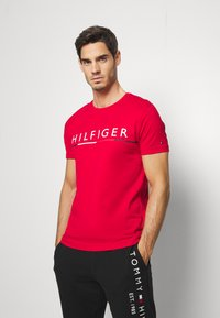 Tommy Hilfiger - GLOBAL STRIPE TEE - T-shirt con stampa - red - 0
