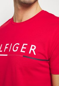 Tommy Hilfiger - GLOBAL STRIPE TEE - T-shirt con stampa - red - 4