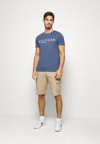 Tommy Hilfiger - GLOBAL STRIPE TEE - T-shirt z nadrukiem - blue - 1
