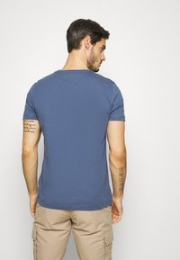 Tommy Hilfiger - GLOBAL STRIPE TEE - T-shirt z nadrukiem - blue - 2