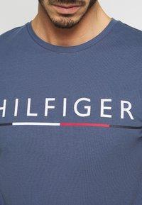 Tommy Hilfiger - GLOBAL STRIPE TEE - T-shirt z nadrukiem - blue - 5