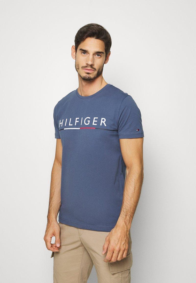 Tommy Hilfiger - GLOBAL STRIPE TEE - T-shirt z nadrukiem - blue