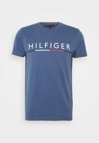 Tommy Hilfiger - GLOBAL STRIPE TEE - T-shirt z nadrukiem - blue - 4