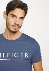 Tommy Hilfiger - GLOBAL STRIPE TEE - T-shirt z nadrukiem - blue - 3