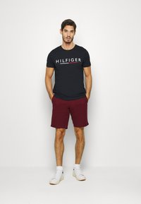 Tommy Hilfiger - GLOBAL STRIPE TEE - T-shirts print - blue - 1