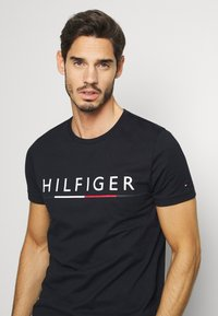 Tommy Hilfiger - GLOBAL STRIPE TEE - T-shirts print - blue - 4