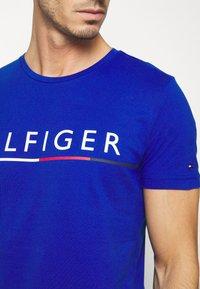 Tommy Hilfiger - GLOBAL STRIPE TEE - T-shirt med print - blue - 5