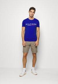 Tommy Hilfiger - GLOBAL STRIPE TEE - T-shirt med print - blue - 1