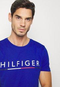 Tommy Hilfiger - GLOBAL STRIPE TEE - T-shirt med print - blue - 3