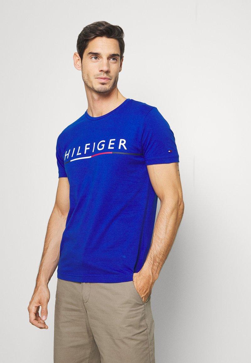 Tommy Hilfiger - GLOBAL STRIPE TEE - T-shirt med print - blue
