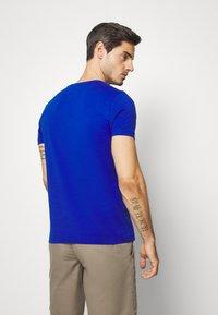 Tommy Hilfiger - GLOBAL STRIPE TEE - T-shirt med print - blue - 2