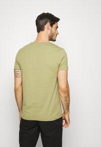 Tommy Hilfiger - GLOBAL STRIPE TEE - T-shirts print - green - 2