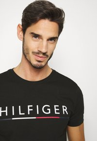 Tommy Hilfiger - GLOBAL STRIPE TEE - Camiseta estampada - black - 3