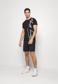 Tommy Hilfiger - COOL SIGNATURE TEE - T-shirt z nadrukiem - black - 1