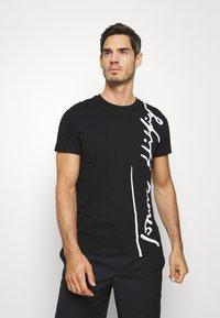Tommy Hilfiger - COOL SIGNATURE TEE - T-shirt z nadrukiem - black - 0