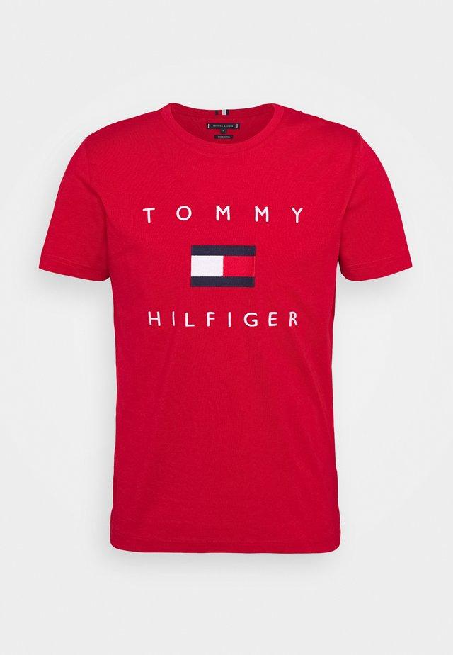 FLAG TEE - Camiseta estampada - red