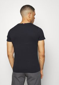 Tommy Hilfiger - GLOBAL STRIPE TEE - Print T-shirt - blue - 2
