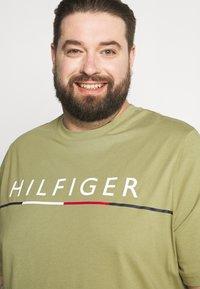 Tommy Hilfiger - GLOBAL STRIPE TEE - Print T-shirt - green - 3