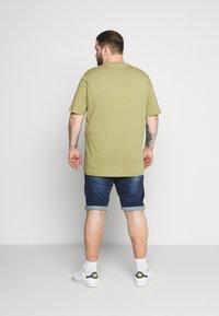 Tommy Hilfiger - GLOBAL STRIPE TEE - Print T-shirt - green - 2