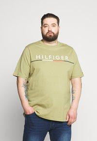 Tommy Hilfiger - GLOBAL STRIPE TEE - Print T-shirt - green - 0
