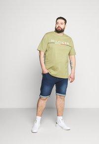 Tommy Hilfiger - GLOBAL STRIPE TEE - Print T-shirt - green - 1