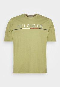 Tommy Hilfiger - GLOBAL STRIPE TEE - Print T-shirt - green - 4