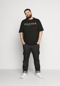 Tommy Hilfiger - GLOBAL STRIPE TEE - Print T-shirt - black - 1