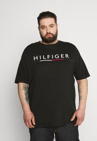 Tommy Hilfiger - GLOBAL STRIPE TEE - Print T-shirt - black - 0