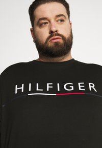 Tommy Hilfiger - GLOBAL STRIPE TEE - Print T-shirt - black - 3