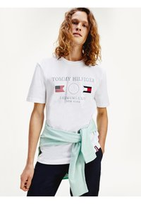 Tommy Hilfiger - ANCHOR FLAGS  - Print T-shirt - white - 1