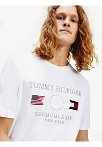 Tommy Hilfiger - ANCHOR FLAGS  - Print T-shirt - white