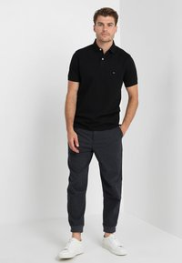 Tommy Hilfiger - CORE REGULAR FIT - Polotričko - flag black - 1
