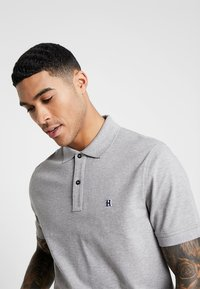 Tommy Hilfiger - LEWIS HAMILTON GOTHIC BADGE REGULAR POLO - Polo - grey - 4