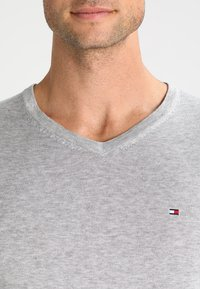 Tommy Hilfiger - V-NECK  - Neule - cloud heather - 3