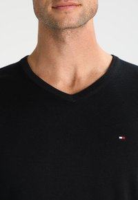 Tommy Hilfiger - V-NECK  - Neule - flag black - 3