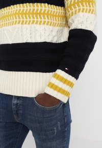 Tommy Hilfiger - FAIR ISLE MIXED RELAXED FIT C-NECK - Neule - blue - 5