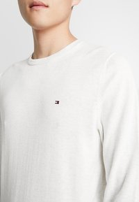 Tommy Hilfiger - CREW NECK - Jumper - white - 4