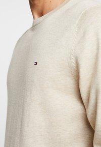 Tommy Hilfiger - CREW NECK - Stickad tröja - beige - 4