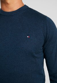 Tommy Hilfiger - TIPPED CREW NECK - Neule - blue - 4